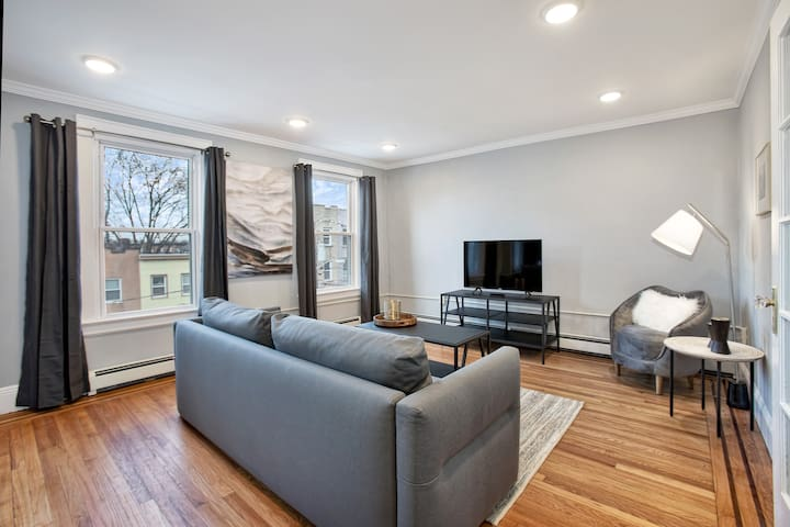 Charming 2 BR/1 BA Apt - Minutes To NYC!