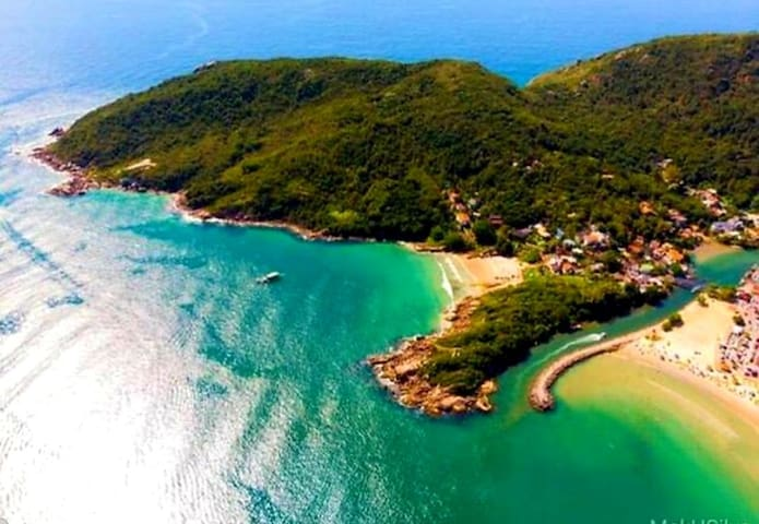 Casa a 50 MTS da praia, local seguro e protegido .