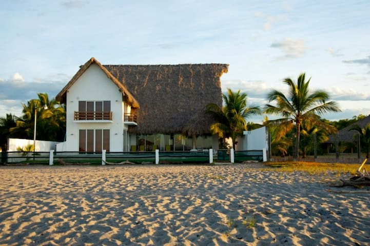 Amazing beachfront house!!! - San Alfredo - Дом