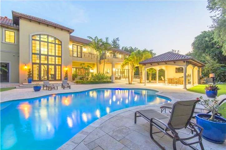 Luxurious 8 Bedroom Villa w/ Private Pool - コーラルゲーブルズ (Coral Gables) - 別荘