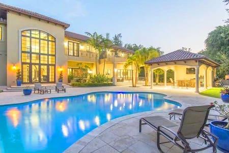 Luxurious 8 Bedroom Villa w/ Private Pool - Coral Gables - Villa