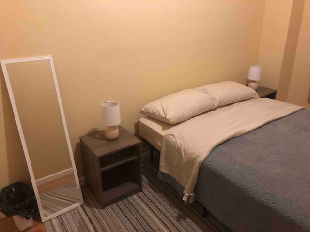 3 min to subway - Private room in 3 bedroom apt