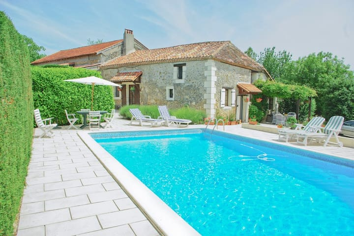 Le Colombier Farmhouse with Private Pool - Saint-Séverin-d'Estissac
