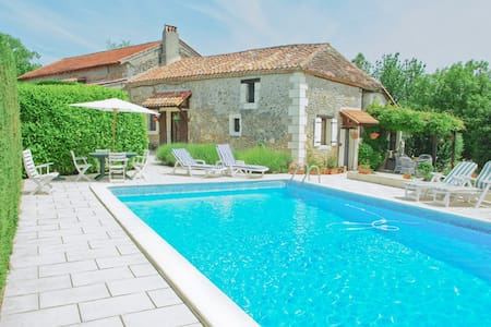Le Colombier Farmhouse with Private Pool - Saint-Séverin-d'Estissac - Casa