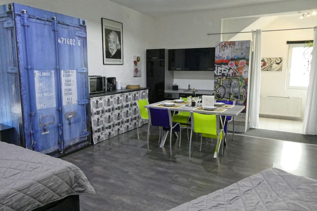 Fully equipped kitchen, also close by is a supermarket (Edeka)