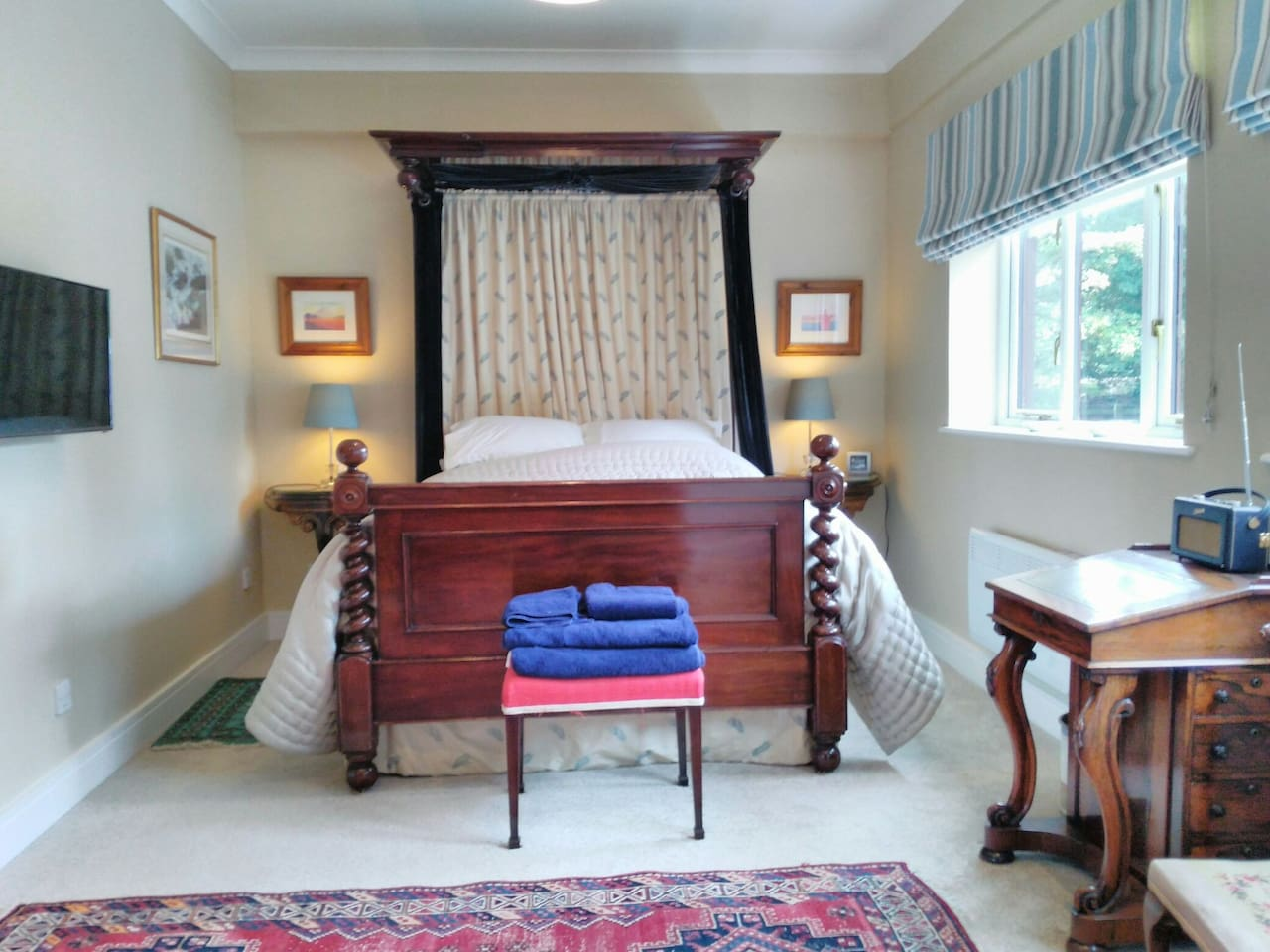 At the Holdens Barn annexe you'll have a comfortable, stunning mahogany half-tester king size double bed. There's a swivelling Smart TV on the wall, fresh, soft towels, ambient lighting, large en-suite, fully equipped kitchen and a large garden area.