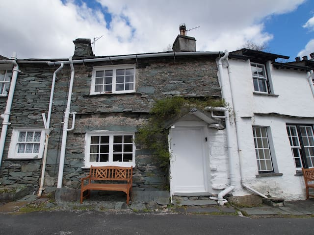 BANK VIEW COTTAGE, romantic in Chapel Stile, Ref 968996