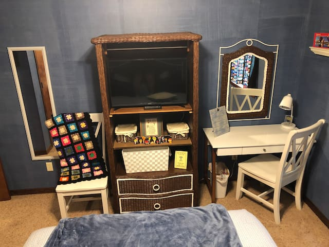 """Desk/vanity table and TV in """"Balloons over a Peace of Oz"""" guest room."""