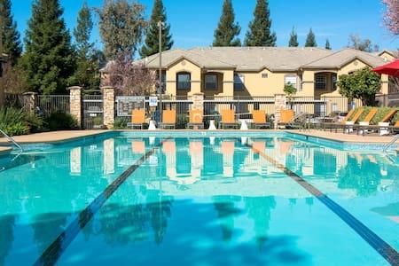 Folsom Luxury Big Enough for Family - Rancho Cordova - Apartament