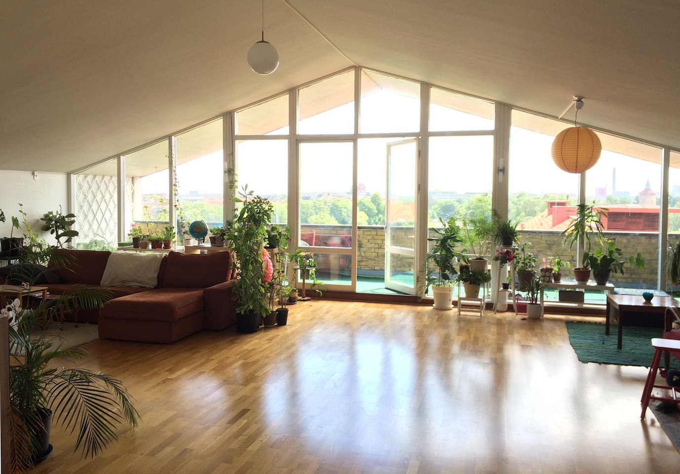 Large living room on the 9th floor with balcony and view over the park