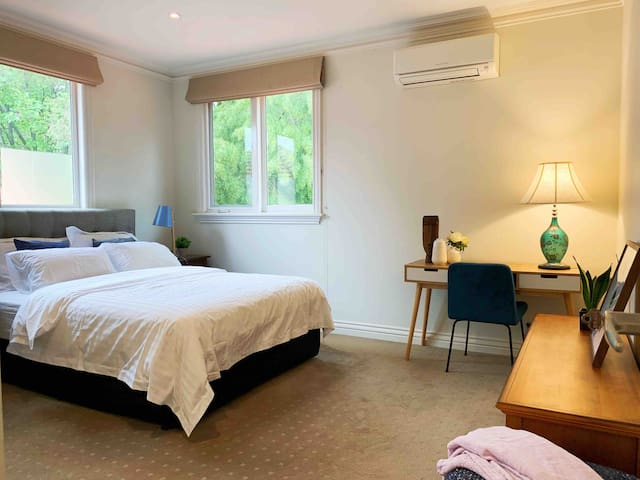 Spacious Queen room in Luxury Camberwell House