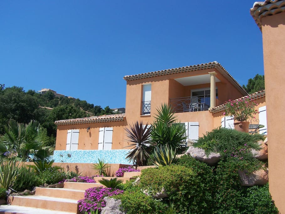 villa vue mer panoramique avec piscine privée à débordement