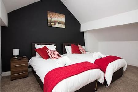 Compton Lodge, Chesterfield, Nr Center, Sleeps 7