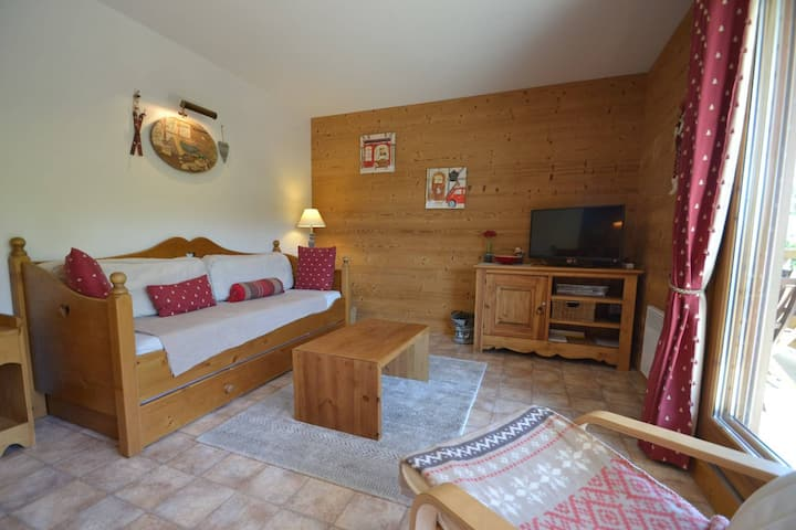 Cosy little piste side apt for 4 opposite slopes & close to shops!