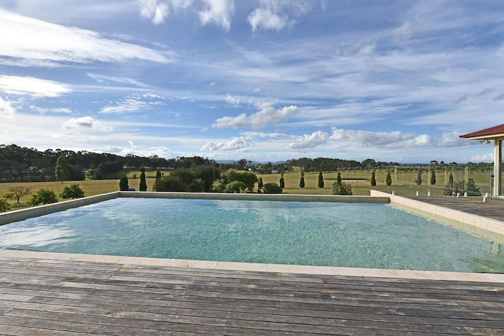 Noble Willow Homestead Lovedale. Super Spacious, with views and pool