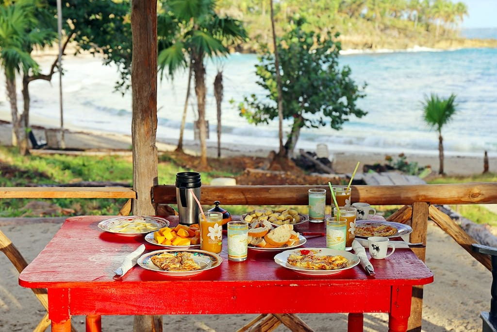Des petits-déjeuners face à l'océan.