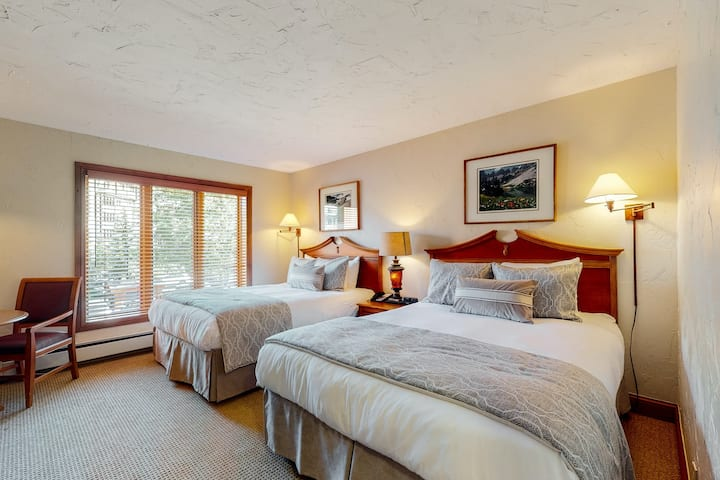 Hotel-style, ski-in/out condo w/ shared outdoor pool/hot tub/laundry, fast WiFi!