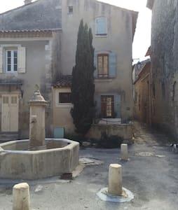 Maison dans un  village médiéval - Céreste