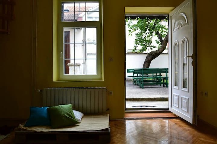 A room for two in a guest house - Beograd - Ev