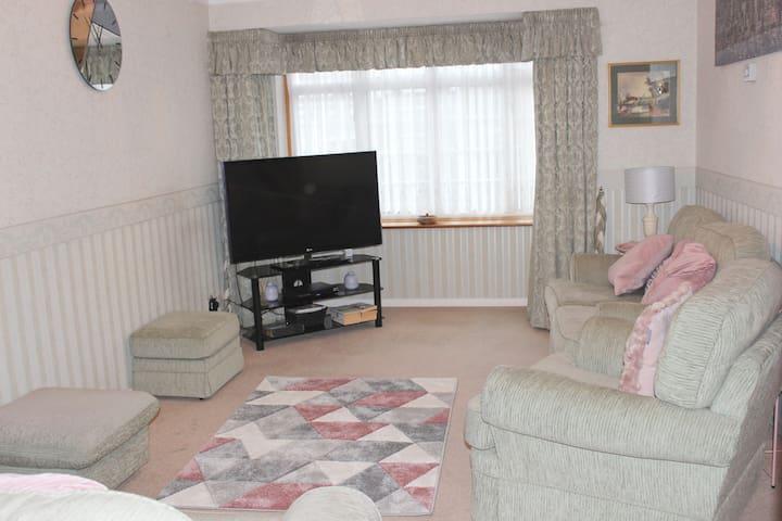 Nicely Decorated 3 Bedroom House near Heathrow