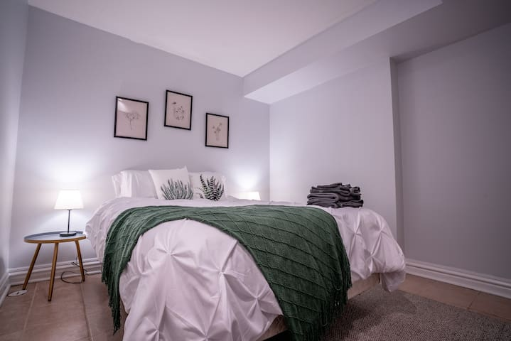 Cozy Apartment Steps from Wrigley Field!