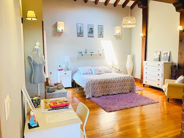 Dormitorio principal con baño y vestidor dentro de habitación. 25metros cuadrados. Con Tv. Y altavoces hilo musical. Consta de 2 camas juntas articuladas de 90 cada una y 2 camas de 90 y 80