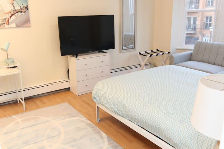 Huge Room Prime Location - 45 Minutes to Manhattan