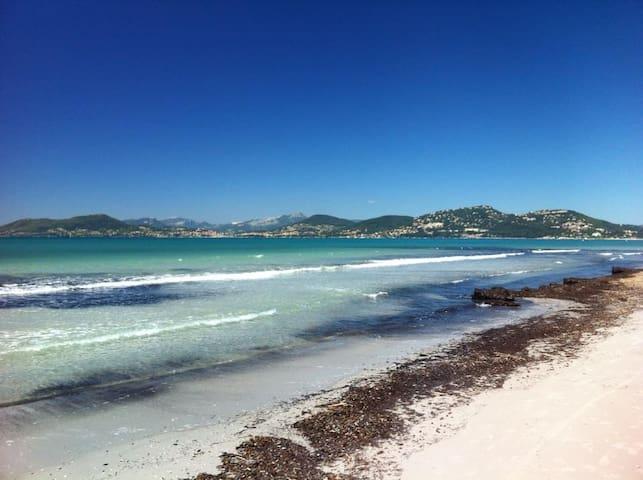 Studio ensoleillé au calme, plage de l'Almanarre
