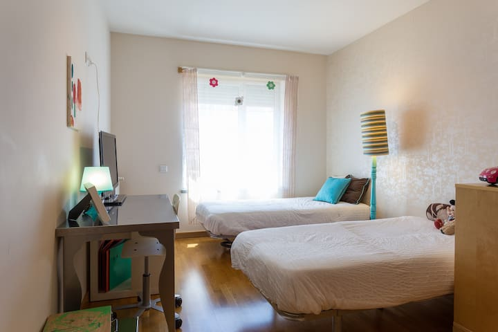 Twin Bedroom in the City center (Telheiras) - Lisboa - Apartment