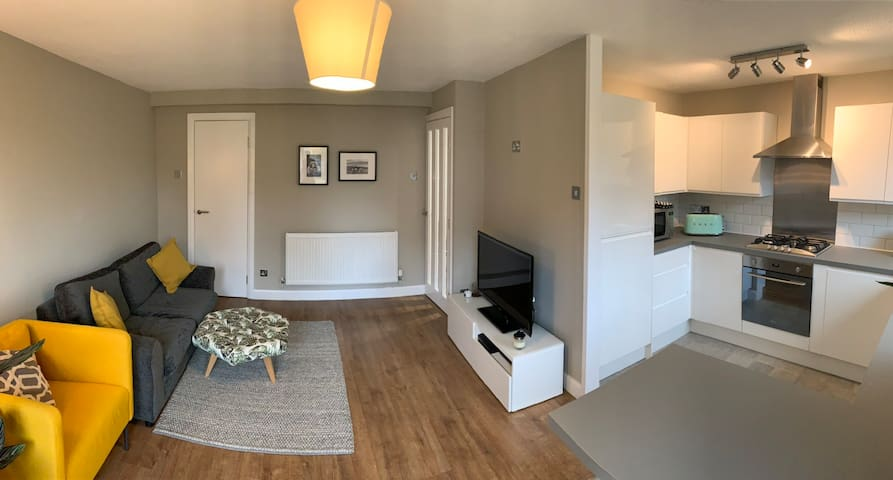 Recently refurbished, spacious 2 bed apartment