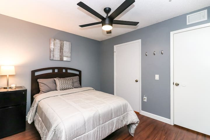 105A - Private Bedroom Minutes from UF & Shands