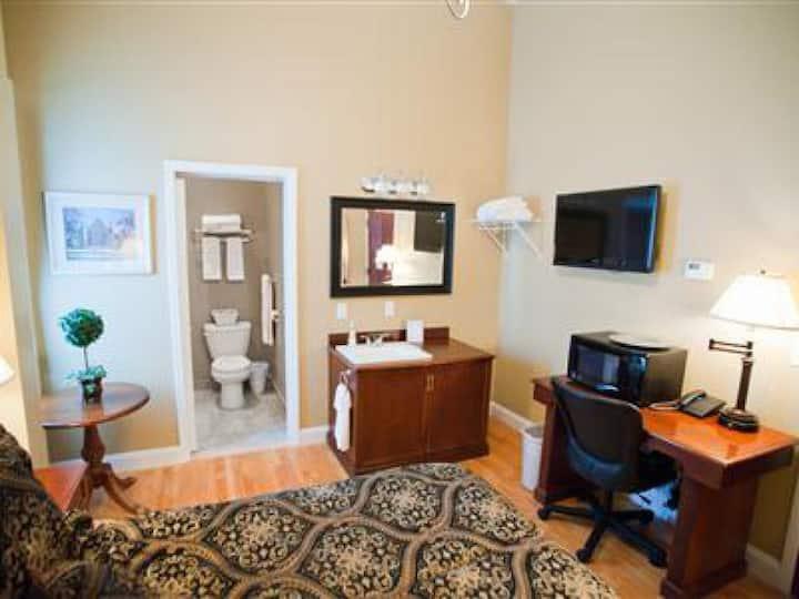 Single Queen Room 207 - Beacon Hotel