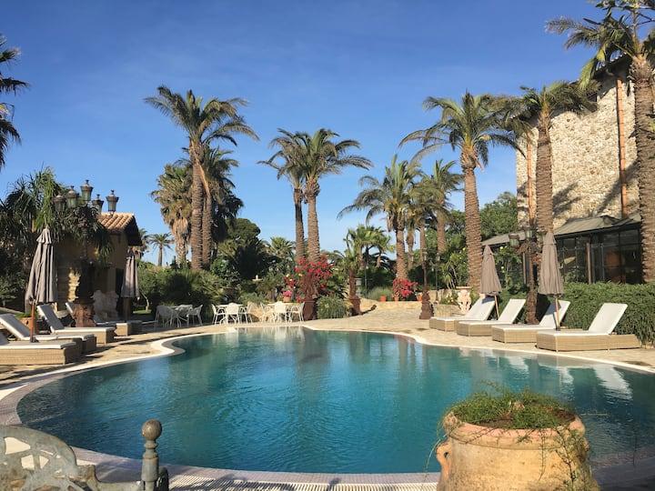 Elegant villa/heated pool /private garden/ hot tub