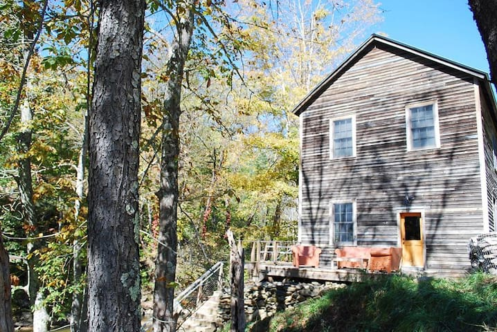 Clark Miller Roller Mill Cabin-Fishing, Creek side, Historic, WIFI, fire pit