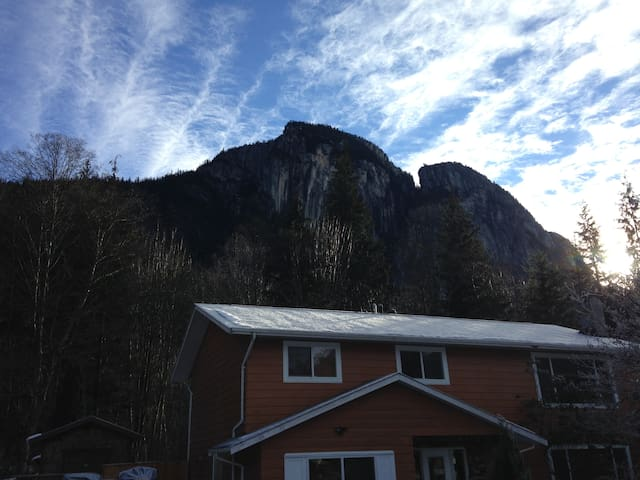 45min to Whistler - Lovely suite facing forest - Squamish - Hus