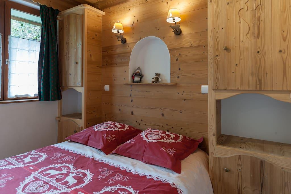 Chambre avec lit double et deux couvertures location de draps