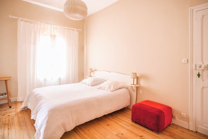 Chambre simple et spacieuse à la Maison Merveille