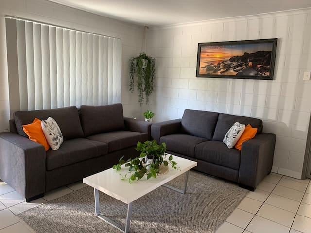 Andergrove Home with a Garden View-Wi-fi & Netflix