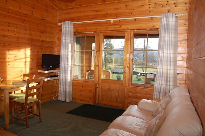 Cosy & compact Rowan cabin (2) by Killin, Loch Tay