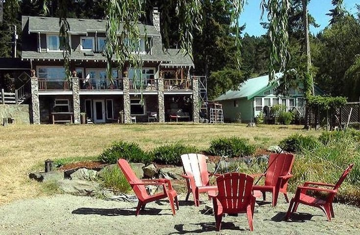 The Magic Lake BeachHouse - Pender Island