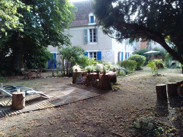 Authentic Cottage Côté Jardin in Mansion 16th C.
