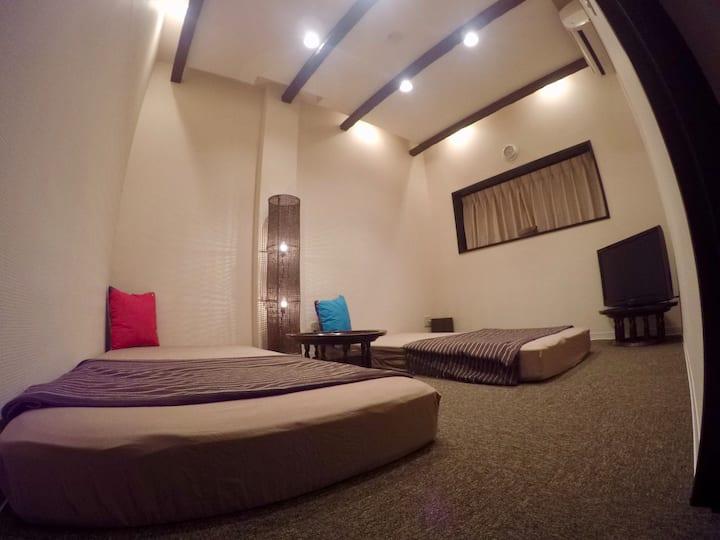 横乗り系プロショップの2階バリ風のお部屋201号室、共用ダイニングキッチン付きラウンジありWi-Fi