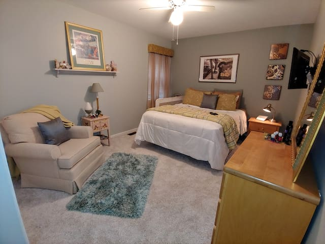 Comfy Southeast Cleveland Retreat