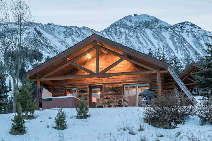 Cozy, Ski-in/Ski-out Cabin, with Unobstructive Mountain Views and Private Hot Tub