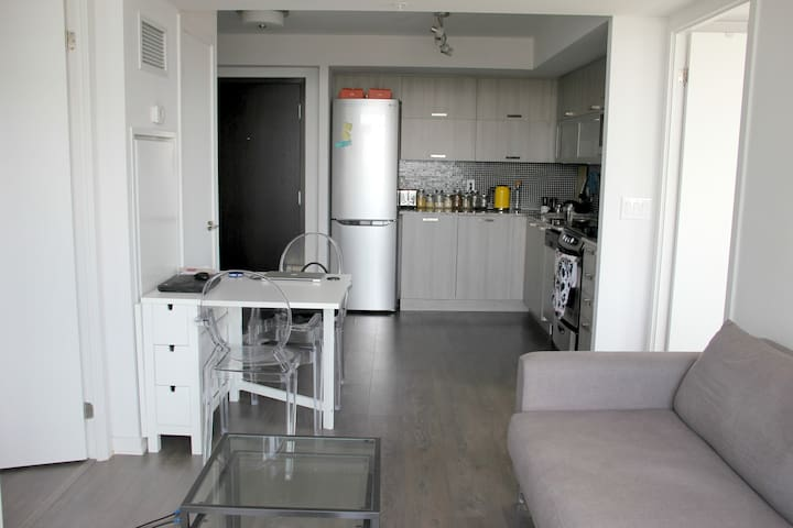 2BR with a great view on Queen St West & Ossington - Toronto - Apto. en complejo residencial
