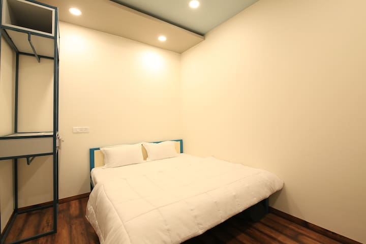 Centrally located Cozy Queen Room with Balcony
