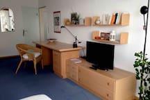 Schreibtisch und Flachbildschirm
