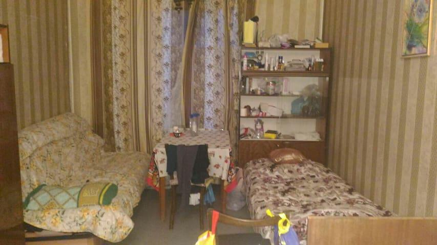 Место в жилой комнате рядом с метро