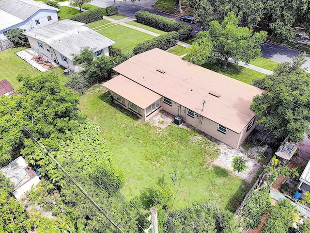 Private Quite House Close to Downtown Airport
