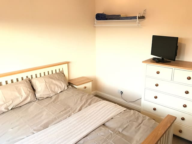 Large Dbl: short walk to station and town centre. - Chippenham - Casa